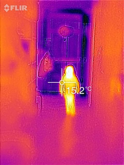 meine Tochter im dunklen Flur vor der kalten Wohnungstüre